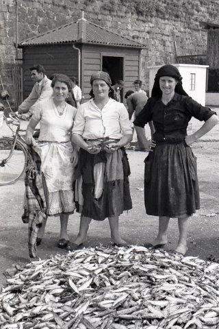 Peixeiras vendem sardinha junto ao Forte Santiago da Barra